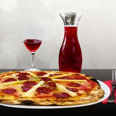 Pizza und wein aus Italien